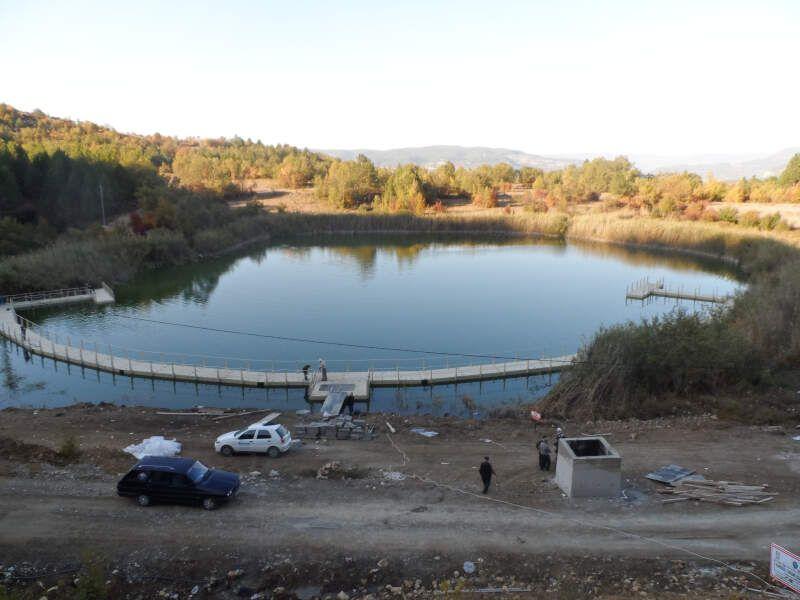 pasarela flotante lago