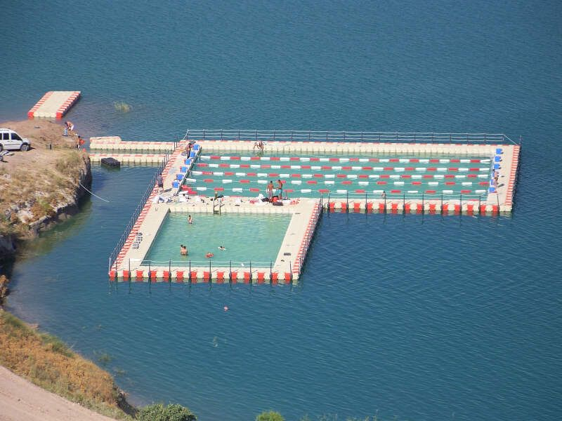 piscina flotante en el mar